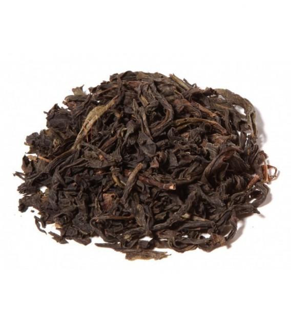 Spécialité de Oolong avec des feuilles enroulées uniformément et montrant de légers signes de fermentation. Tasse jaune pâ