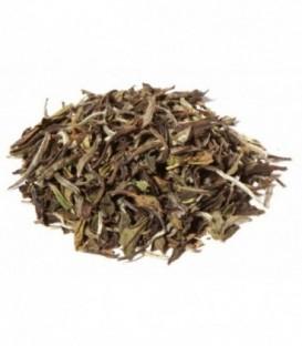 Thé blanc avec une feuille verte-marron et beaucoup de pointes blanches. Fleuri et doux avec une liqueur parfumée. Issu de